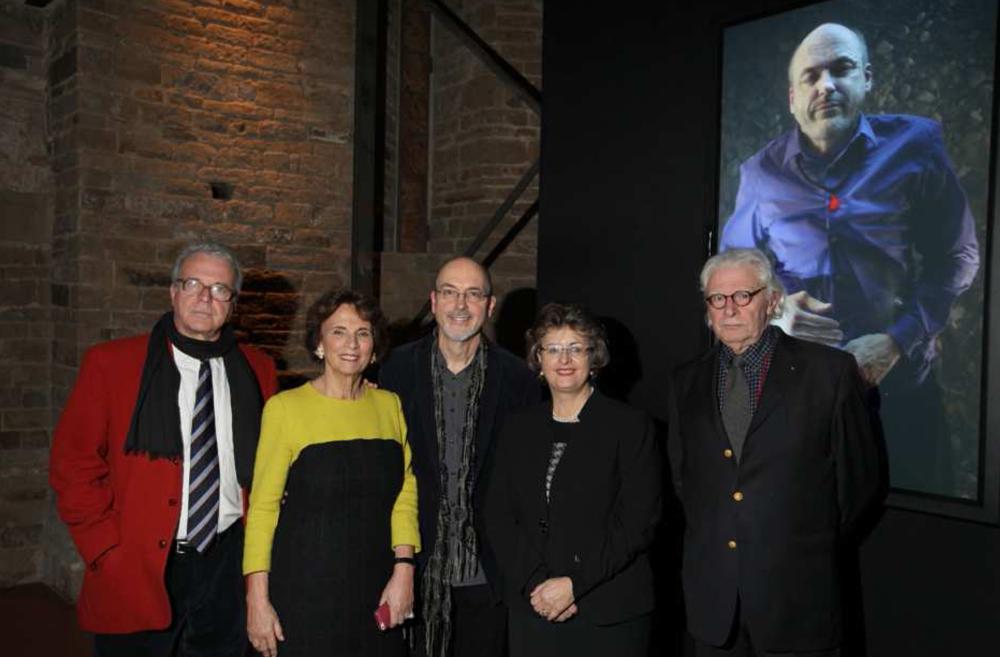 """Antonio Natali, Contessa Maria Vittoria Colonna Rimbotti, Bill Viola, Cristina Acidini and Emanuele Guerra in front of Bill Viola's, """"Self Portrait, Submerged,"""" 2013. Photo credit: © 2013 Amici degli Uffizi"""